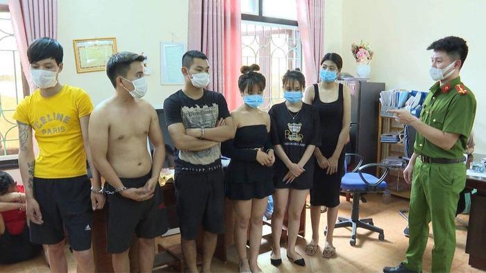 Phú Thọ: 40 đối tượng nam nữ 'bay lắc' trong quán karaoke, bất chấp quy định phòng dịch Ảnh 3
