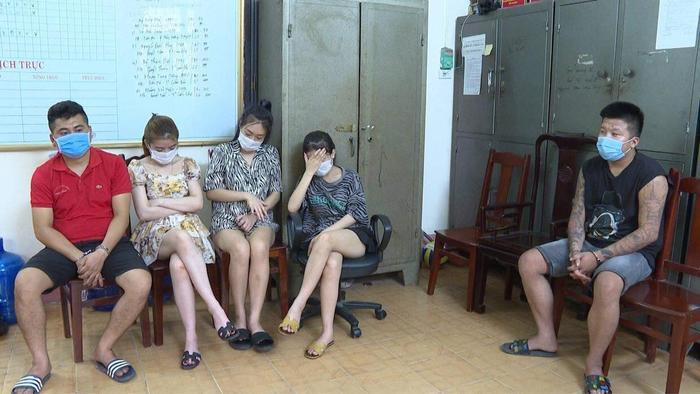 Phú Thọ: 40 đối tượng nam nữ 'bay lắc' trong quán karaoke, bất chấp quy định phòng dịch Ảnh 1