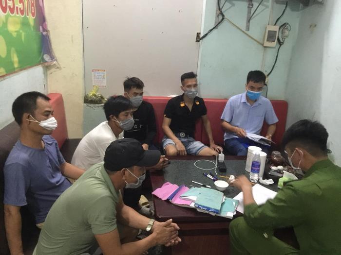 Bắc Giang: 9 người bị xử phạt 135 triệu đồng do tụ tập ăn giỗ, sẽ khởi tố vụ án nếu làm lây lan dịch bệnh Ảnh 1
