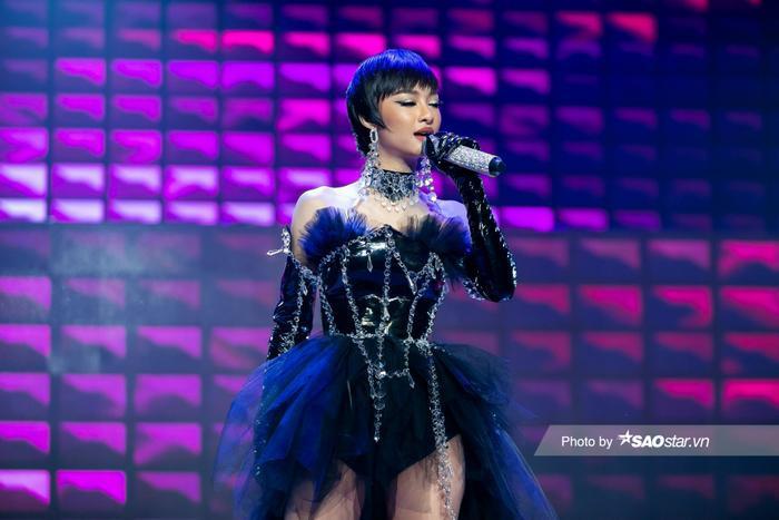 Hát hit của Binz, Lona Kiều Loan khiến Khắc Hưng thốt lên: 'Anh không nghĩ em là Hoa hậu' Ảnh 1