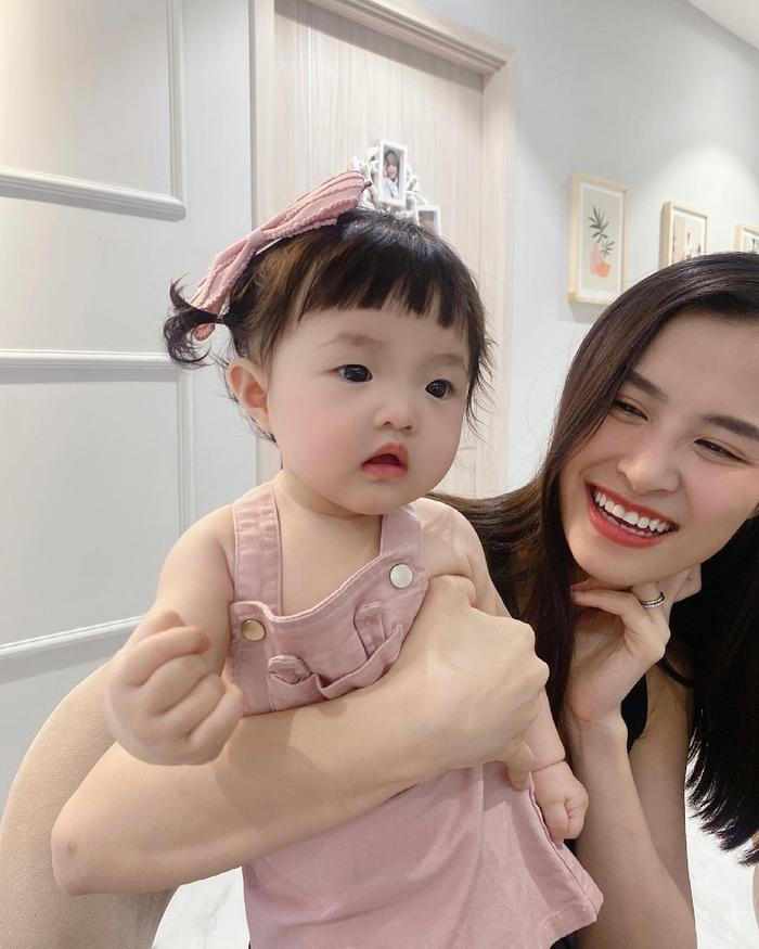Khoe ảnh chụp cùng con gái cưng, Đông Nhi liền bị Mai Phương Thúy và loạt sao Việt trêu Ảnh 9