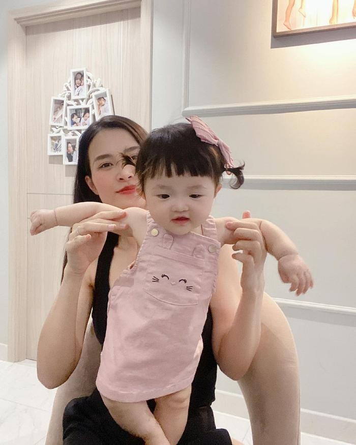 Khoe ảnh chụp cùng con gái cưng, Đông Nhi liền bị Mai Phương Thúy và loạt sao Việt trêu Ảnh 2