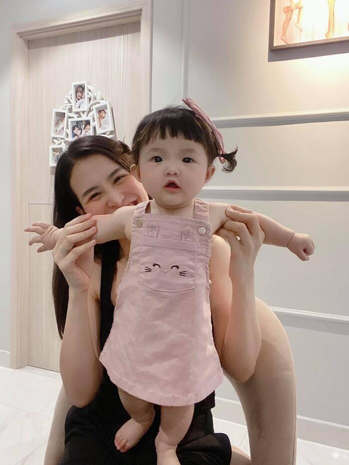 Khoe ảnh chụp cùng con gái cưng, Đông Nhi liền bị Mai Phương Thúy và loạt sao Việt trêu Ảnh 1