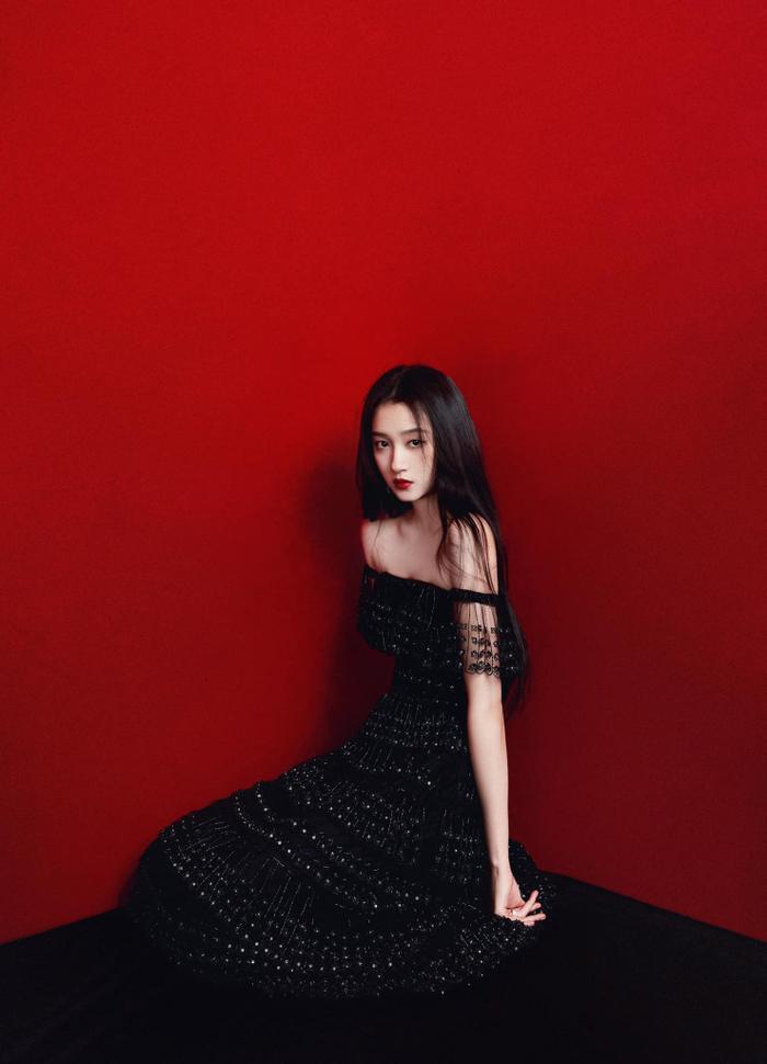 Quan Hiểu Đồng đẹp 'nhức nhối' trong kiểu váy đỏ rực khoe chân dài cực phẩm Ảnh 6