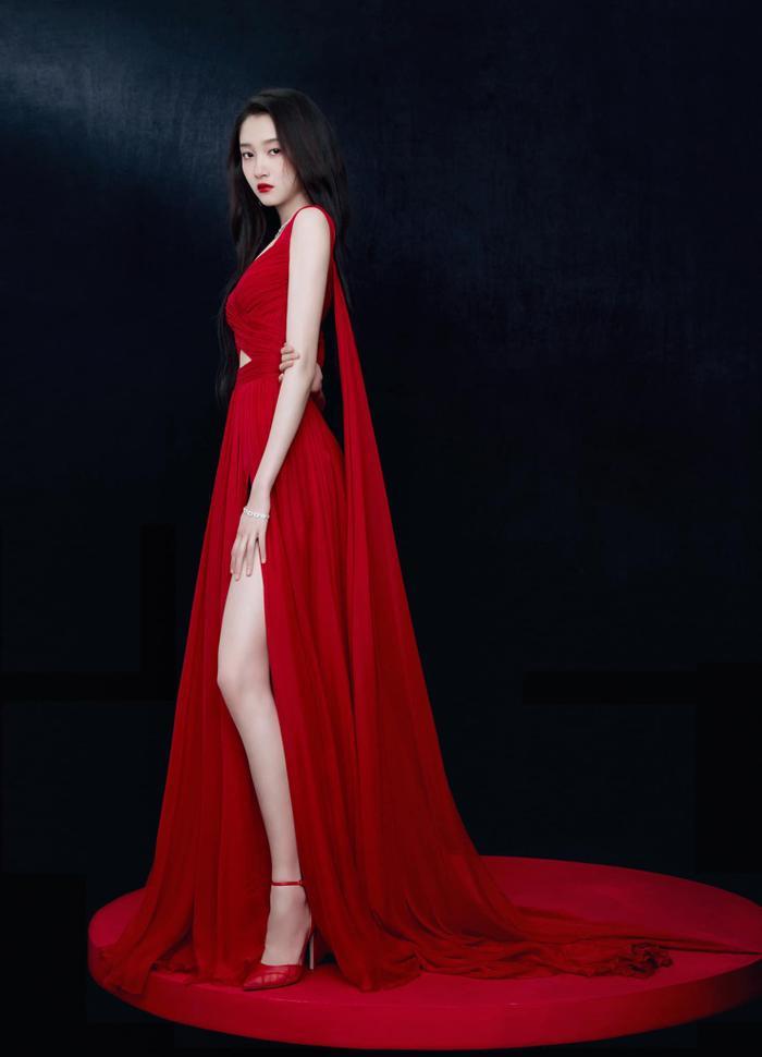 Quan Hiểu Đồng đẹp 'nhức nhối' trong kiểu váy đỏ rực khoe chân dài cực phẩm Ảnh 1