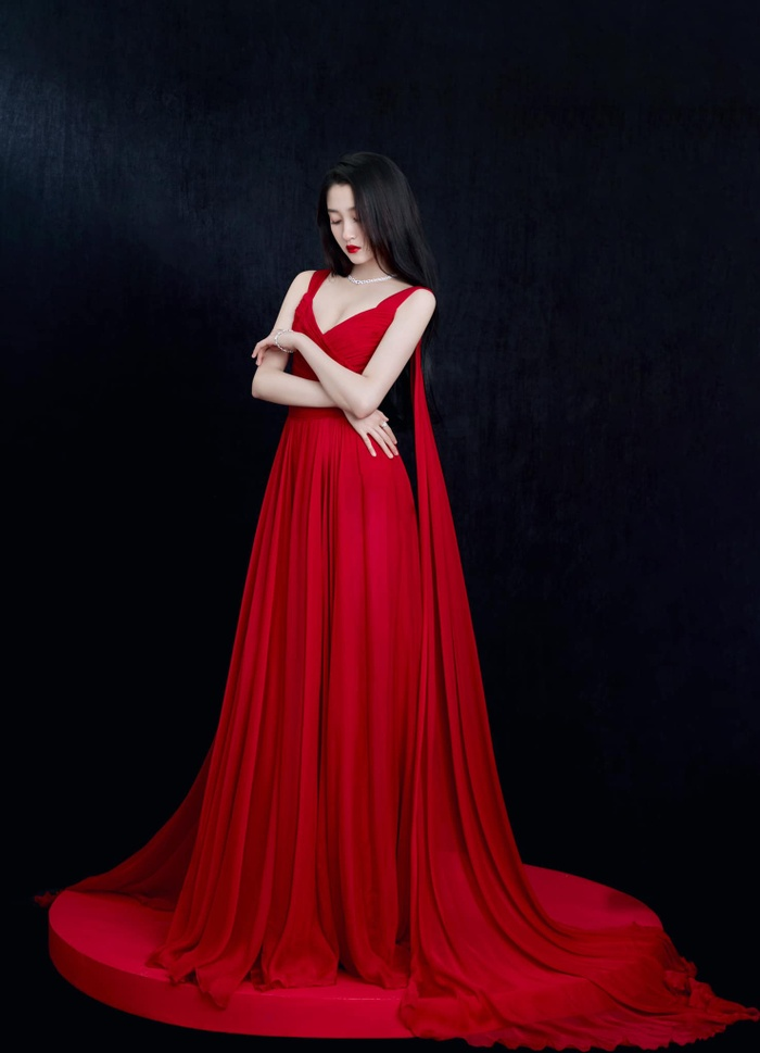 Quan Hiểu Đồng đẹp 'nhức nhối' trong kiểu váy đỏ rực khoe chân dài cực phẩm Ảnh 2
