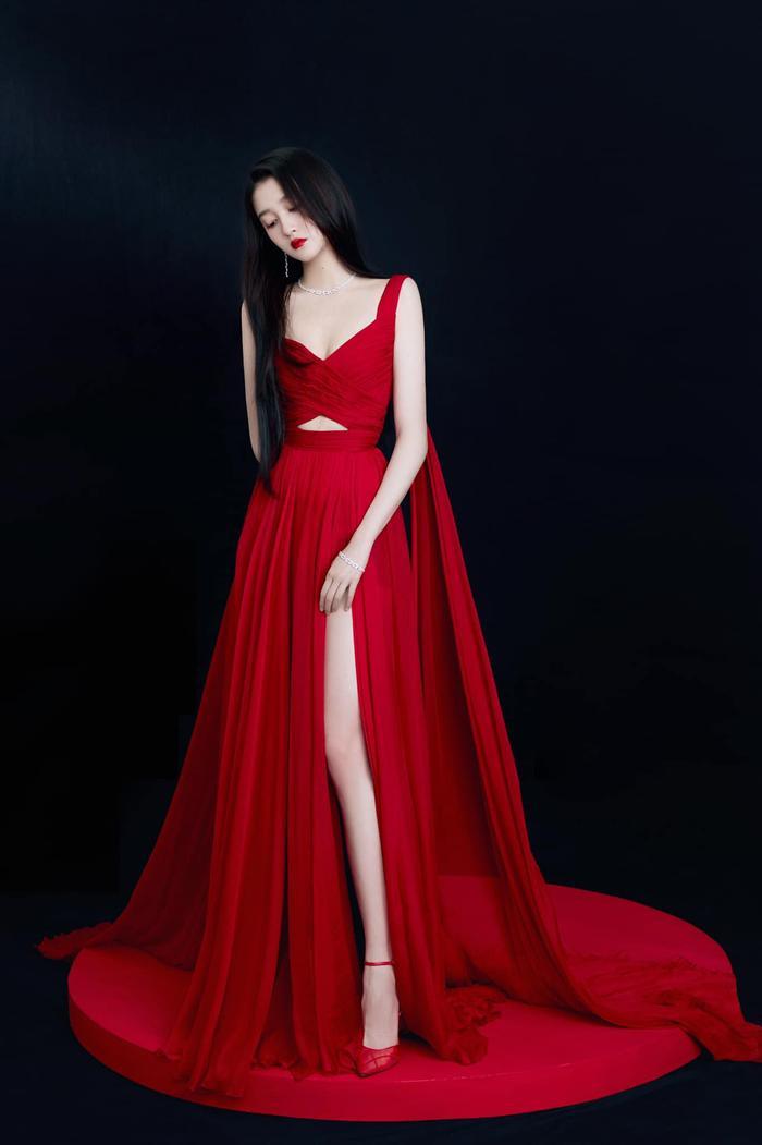 Quan Hiểu Đồng đẹp 'nhức nhối' trong kiểu váy đỏ rực khoe chân dài cực phẩm Ảnh 3