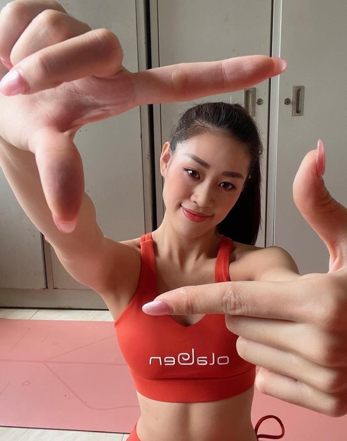 Ngày thứ 3 cách ly: Khánh Vân khoe eo săn chắc, tạo hình biểu tượng sức mạnh Việt Nam chiến thắng COVID Ảnh 2
