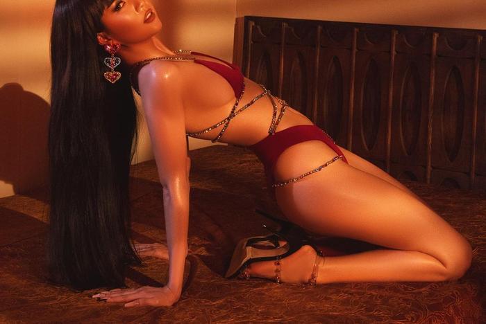 Ngọc Trinh pose dáng toàn thế khó, cuối ngày than trời: 'muốn bể cái lưng' Ảnh 3