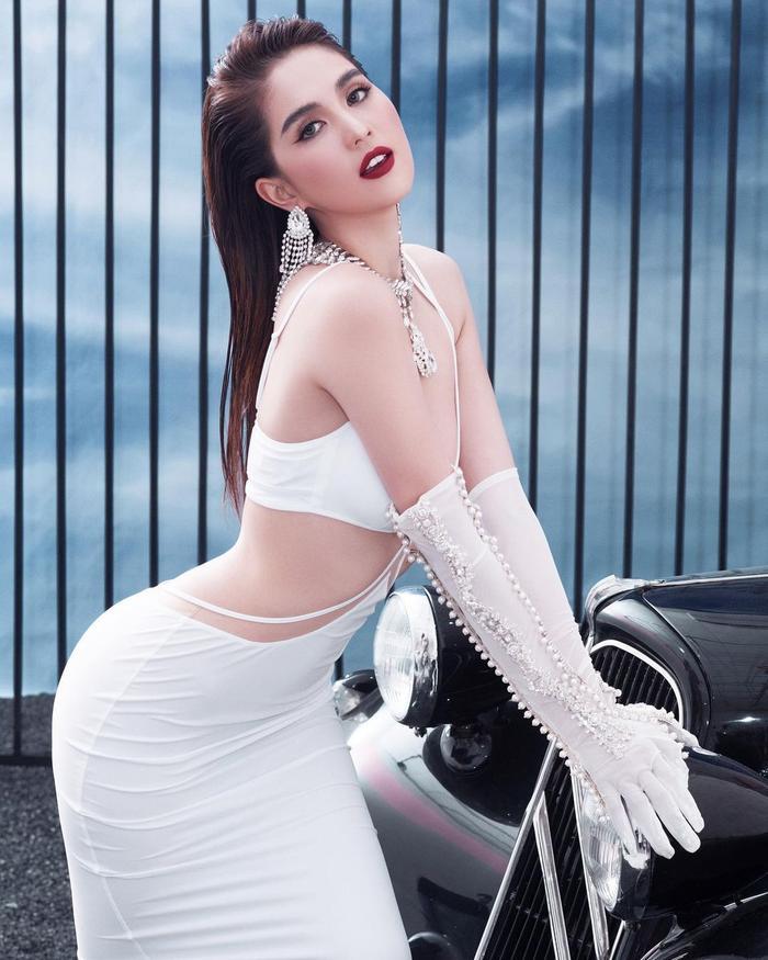 Ngọc Trinh pose dáng toàn thế khó, cuối ngày than trời: 'muốn bể cái lưng' Ảnh 8