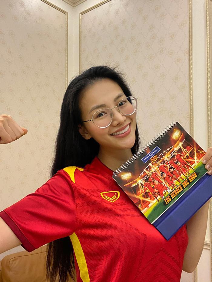 Khánh Vân - Tiểu Vy - Thúy Vân - Huyền My đồng loạt mặc áo cờ đỏ sao vàng cổ vũ đội tuyển Việt Nam Ảnh 9