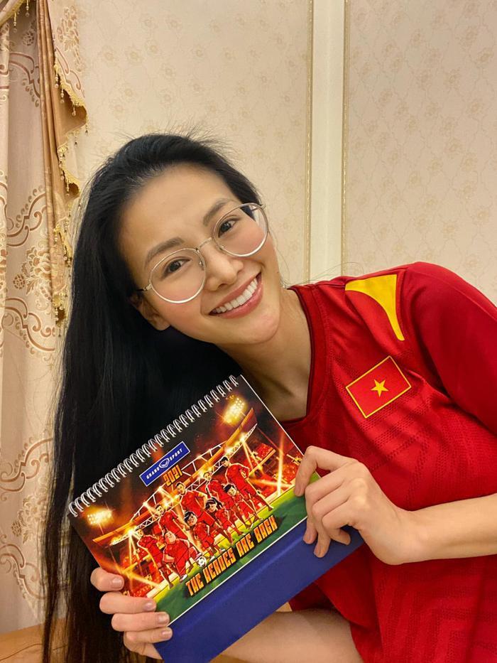 Khánh Vân - Tiểu Vy - Thúy Vân - Huyền My đồng loạt mặc áo cờ đỏ sao vàng cổ vũ đội tuyển Việt Nam Ảnh 8