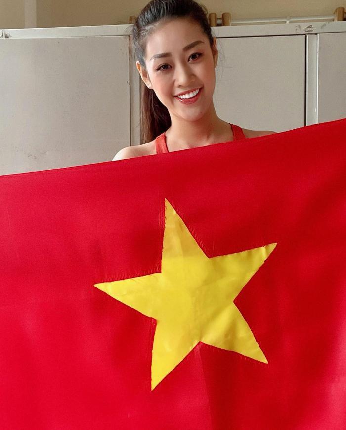Khánh Vân - Tiểu Vy - Thúy Vân - Huyền My đồng loạt mặc áo cờ đỏ sao vàng cổ vũ đội tuyển Việt Nam Ảnh 3