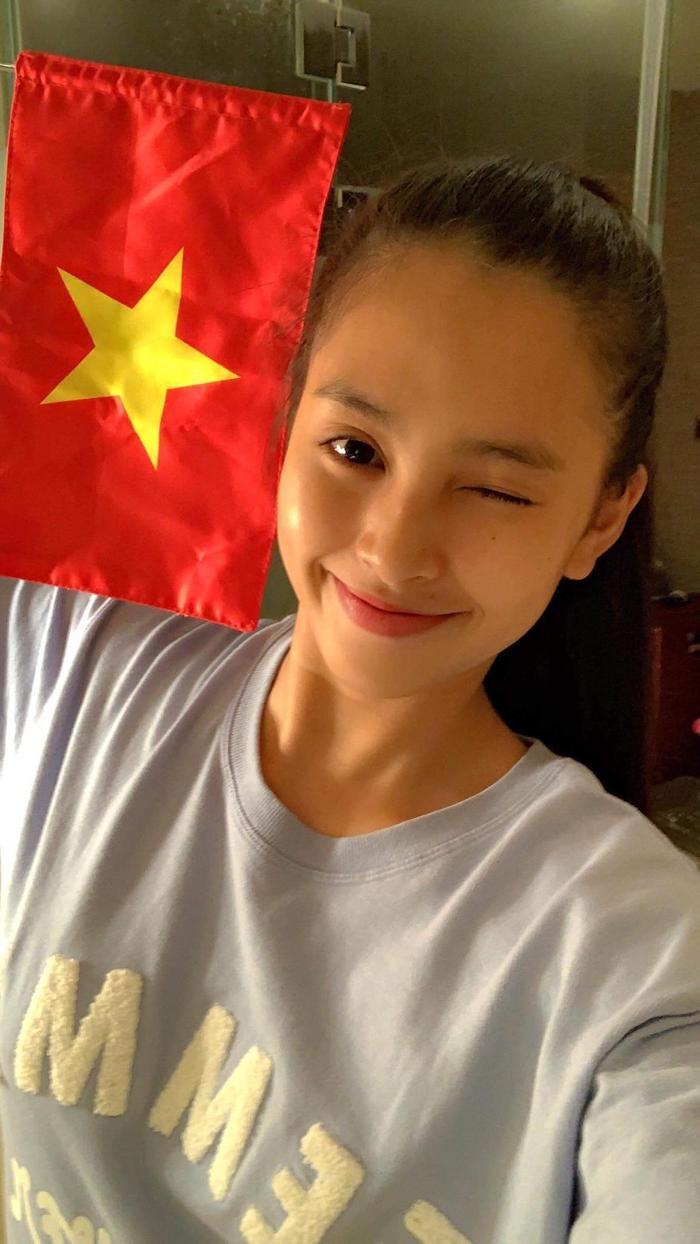 Khánh Vân - Tiểu Vy - Thúy Vân - Huyền My đồng loạt mặc áo cờ đỏ sao vàng cổ vũ đội tuyển Việt Nam Ảnh 7