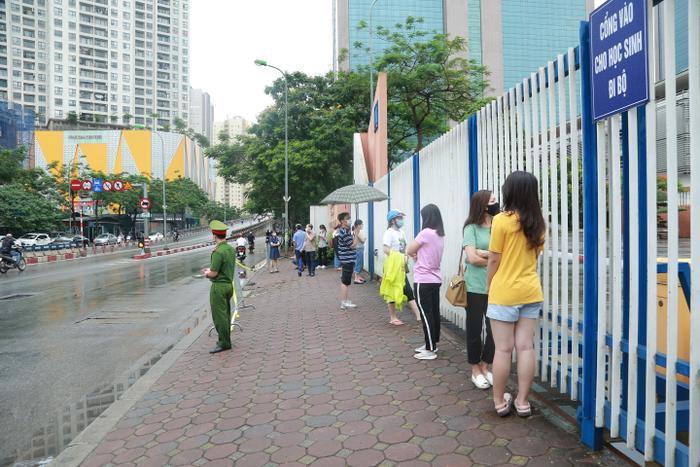 Sáng sớm mưa như trút nước, phụ huynh Hà Nội đội mưa đưa con đi thi vào lớp 10 Ảnh 16