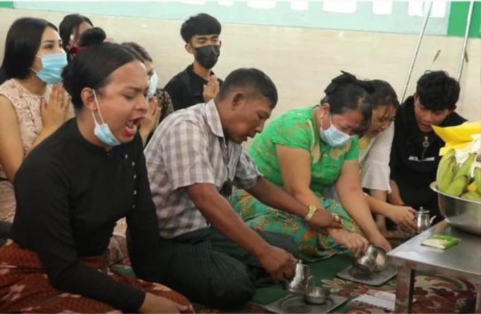 Cả gia đình khóc nghẹn, hơn 60.000 người dõi theo tang lễ Hoa hậu Chuyển giới Myanmar Ảnh 2