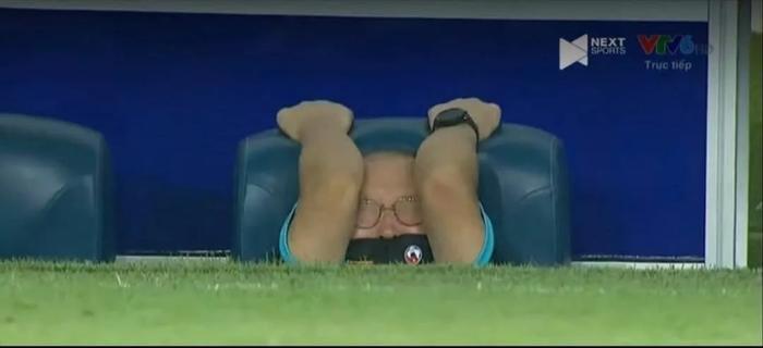 HLV Park Hang Seo lấp ló trong trận đấu với Malaysia, netizen ngay lập tức chế ảnh thầy Park đủ sắc thái Ảnh 1