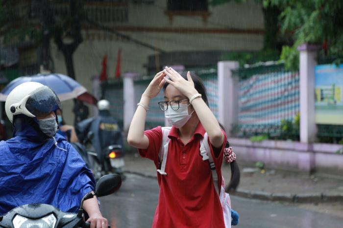 Hà Nội: Phụ huynh đội mưa đưa con đi thi, phải về lấy quần áo gửi đến phòng thi cho con thay Ảnh 9