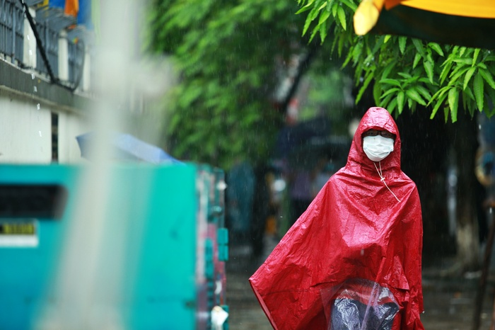 Hà Nội: Phụ huynh đội mưa đưa con đi thi, phải về lấy quần áo gửi đến phòng thi cho con thay Ảnh 8