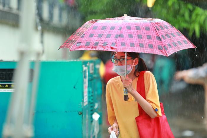 Hà Nội: Phụ huynh đội mưa đưa con đi thi, phải về lấy quần áo gửi đến phòng thi cho con thay Ảnh 7