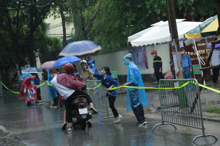 Hà Nội: Phụ huynh đội mưa đưa con đi thi, phải về lấy quần áo gửi đến phòng thi cho con thay Ảnh 6