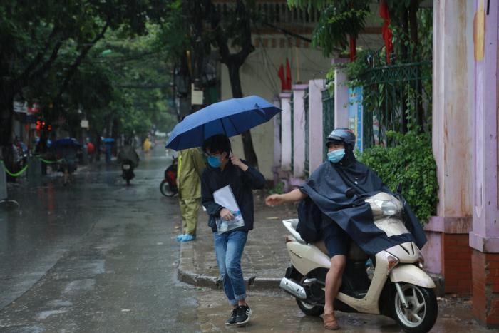 Hà Nội: Phụ huynh đội mưa đưa con đi thi, phải về lấy quần áo gửi đến phòng thi cho con thay Ảnh 5