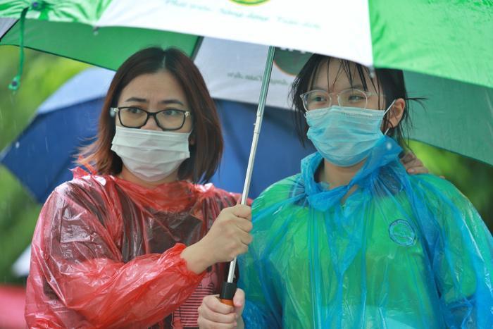 Hà Nội: Phụ huynh đội mưa đưa con đi thi, phải về lấy quần áo gửi đến phòng thi cho con thay Ảnh 12