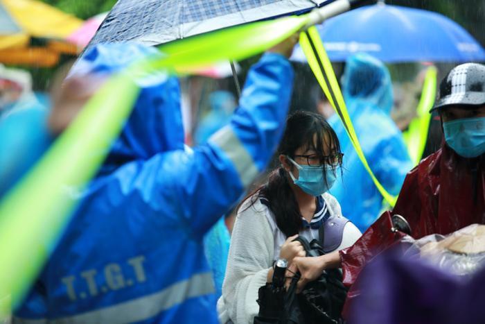 Hà Nội: Phụ huynh đội mưa đưa con đi thi, phải về lấy quần áo gửi đến phòng thi cho con thay Ảnh 11