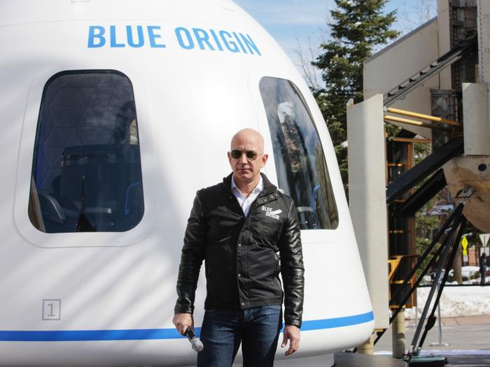 Đại gia giấu mặt chi 28 triệu USD để bay vào vũ trụ trong 10 phút cùng Jeff Bezos Ảnh 2