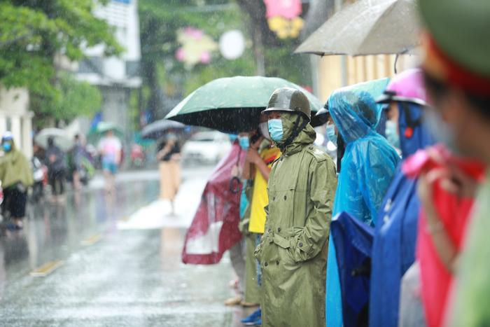 Ngày cuối kỳ thi vào lớp 10, phụ huynh đội mưa chờ con, thí sinh tự tin 'không môn nào dưới 8,5 điểm' Ảnh 8