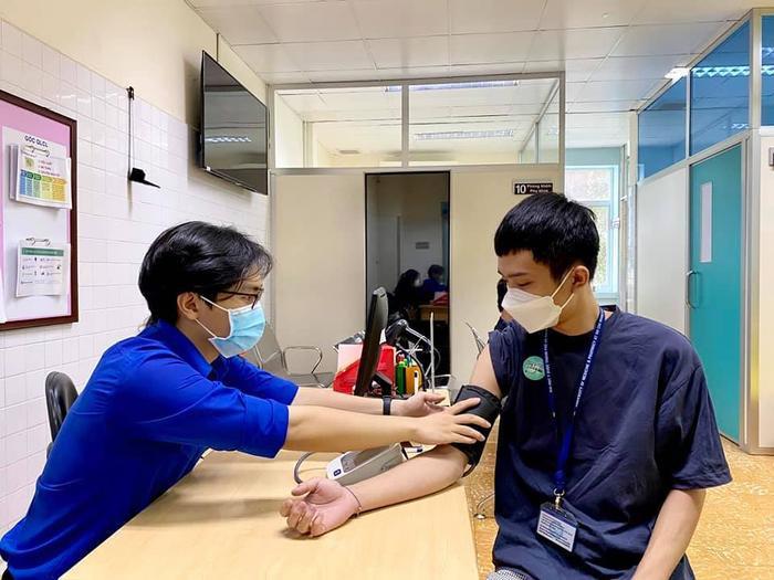 Hơn 200 sinh viên tham gia phòng chống dịch được tiêm vắc-xin Covid-19 Ảnh 1