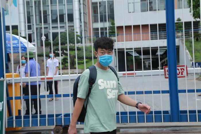 Sáng nay (14/6), gần 8000 thí sinh làm bài thi vào lớp 10 THPT chuyên của Hà Nội Ảnh 1