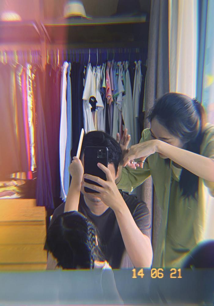 Ông xã Đặng Thu Thảo khoe được vợ và con gái cưng cắt tóc tại nhà, ai nhìn cũng ghen tị Ảnh 1