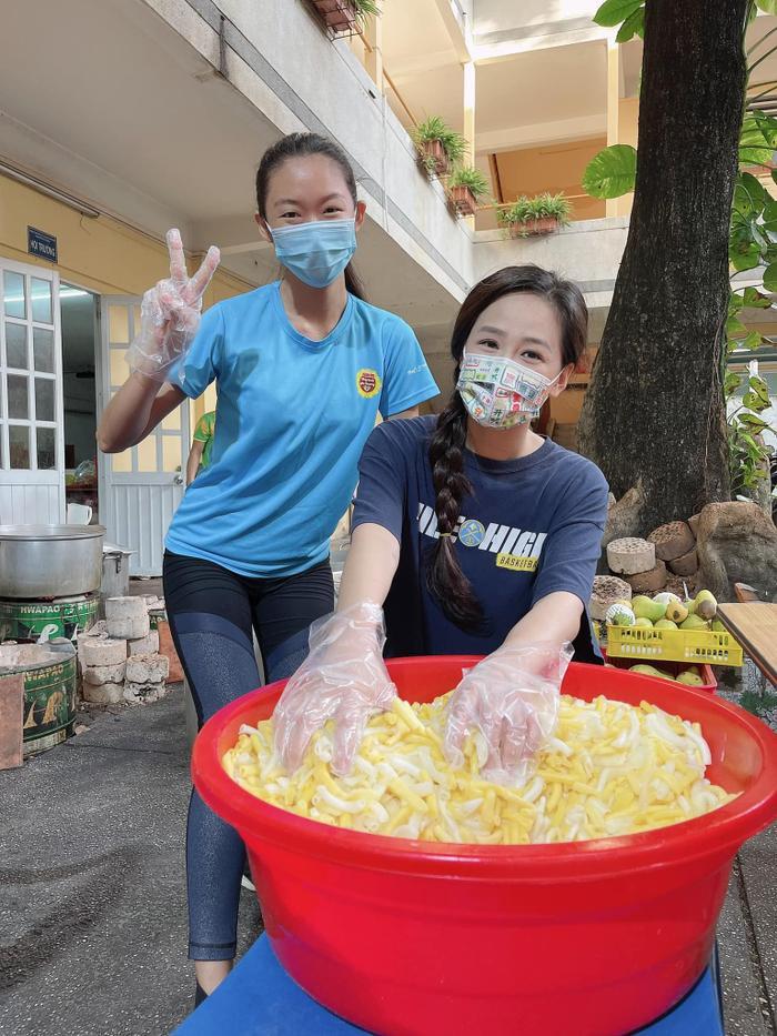 Hoa hậu Mai Phương Thúy đi ủng hộ cho tuyến đầu chống dịch với trang phục cực kỳ cute Ảnh 2