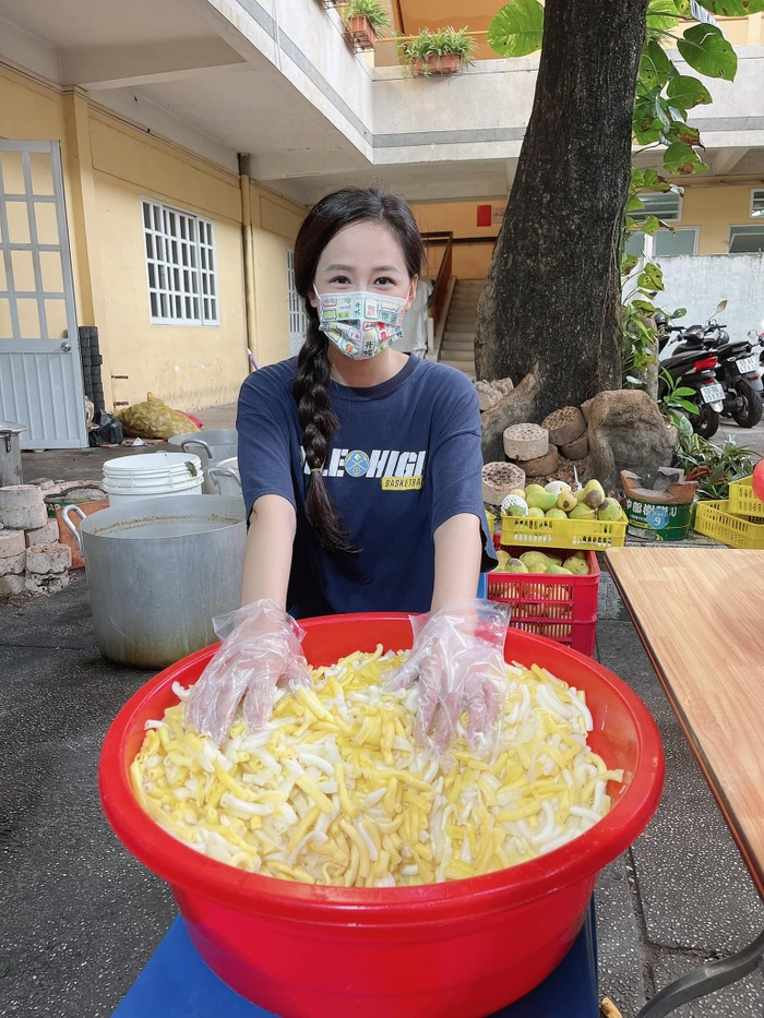 Hoa hậu Mai Phương Thúy đi ủng hộ cho tuyến đầu chống dịch với trang phục cực kỳ cute Ảnh 1