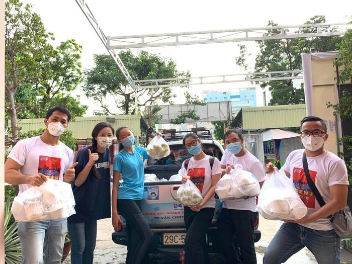 Hoa hậu Mai Phương Thúy đi ủng hộ cho tuyến đầu chống dịch với trang phục cực kỳ cute Ảnh 8