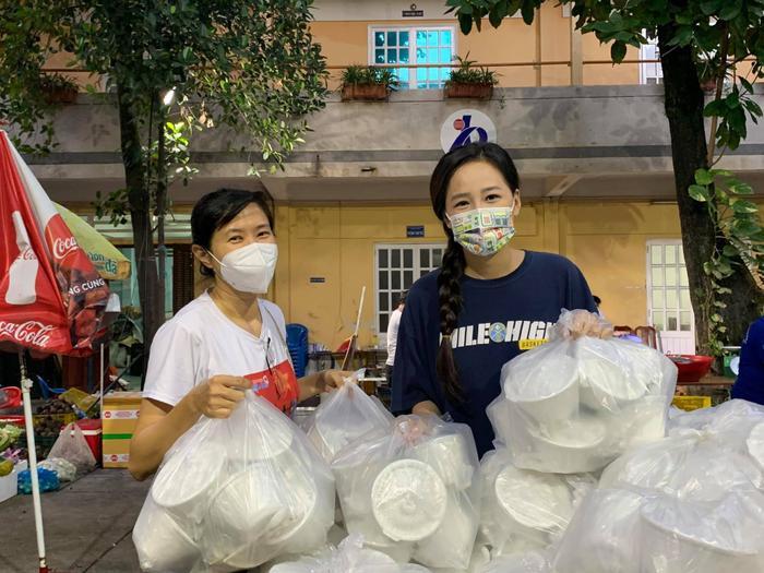 Hoa hậu Mai Phương Thúy đi ủng hộ cho tuyến đầu chống dịch với trang phục cực kỳ cute Ảnh 3