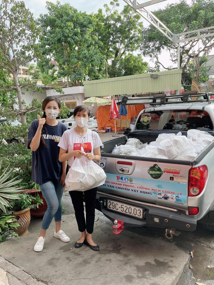 Hoa hậu Mai Phương Thúy đi ủng hộ cho tuyến đầu chống dịch với trang phục cực kỳ cute Ảnh 5