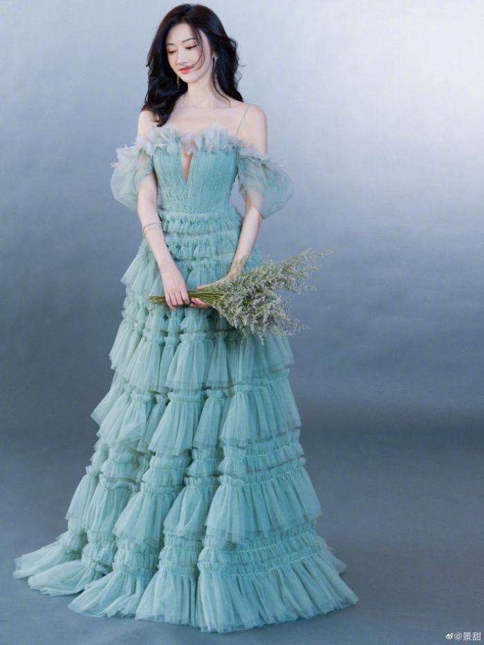 Cảnh Điềm bị đài CCTV 'chỉnh váy' vì bị cho là mặc đồ hở hang Ảnh 7
