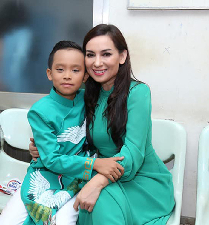 Trước scandal động trời, Phi Nhung và Hồ Văn Cường thường diện áo dài đồng điệu bên nhau Ảnh 1