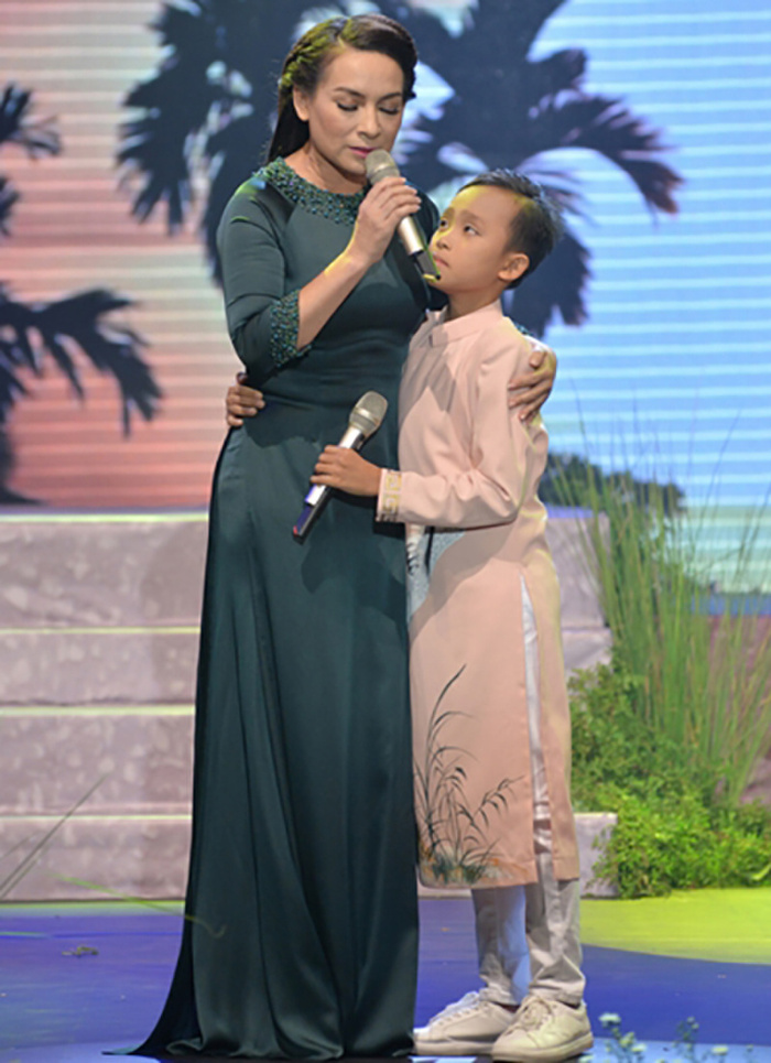 Trước scandal động trời, Phi Nhung và Hồ Văn Cường thường diện áo dài đồng điệu bên nhau Ảnh 4