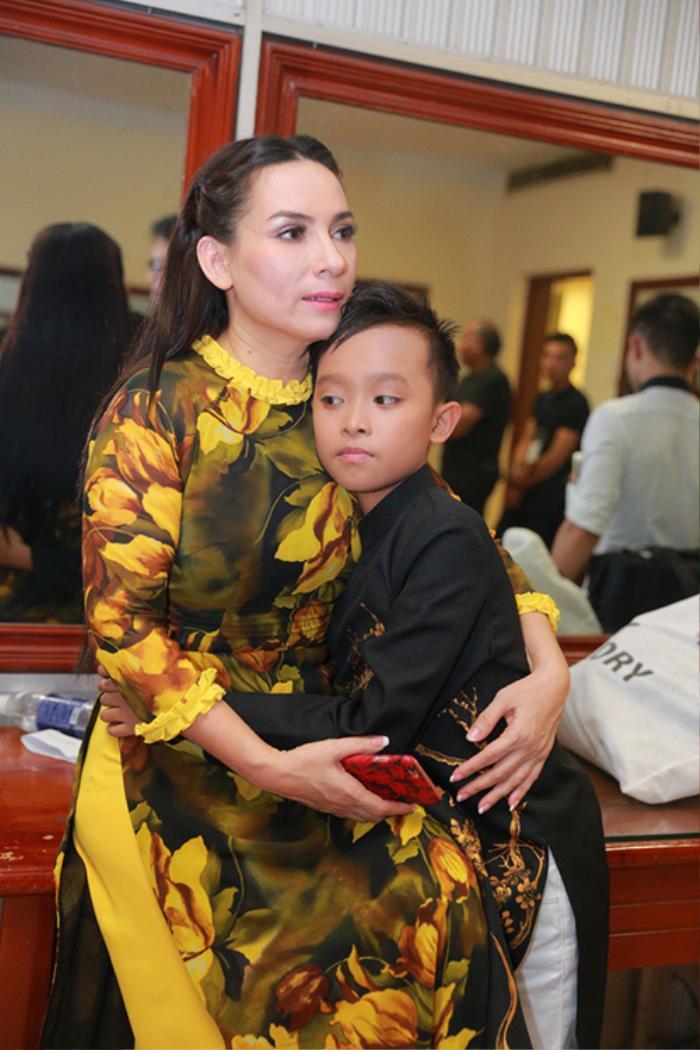 Trước scandal động trời, Phi Nhung và Hồ Văn Cường thường diện áo dài đồng điệu bên nhau Ảnh 2