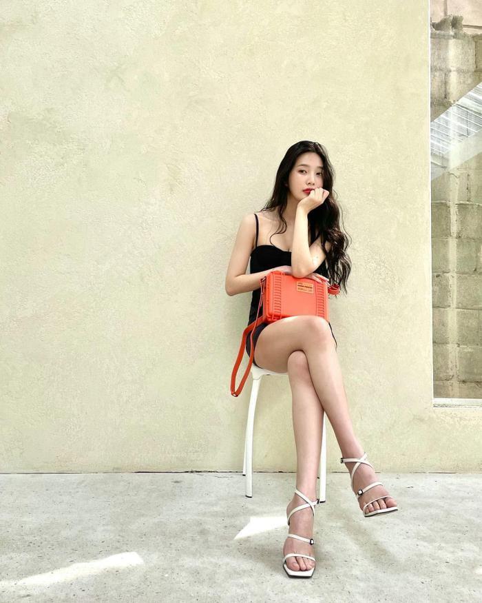 'Body siêu thực' của Joy Red Velvet trong váy hai dây ngắn cũn cỡn viral khắp mạng xã hội Ảnh 2
