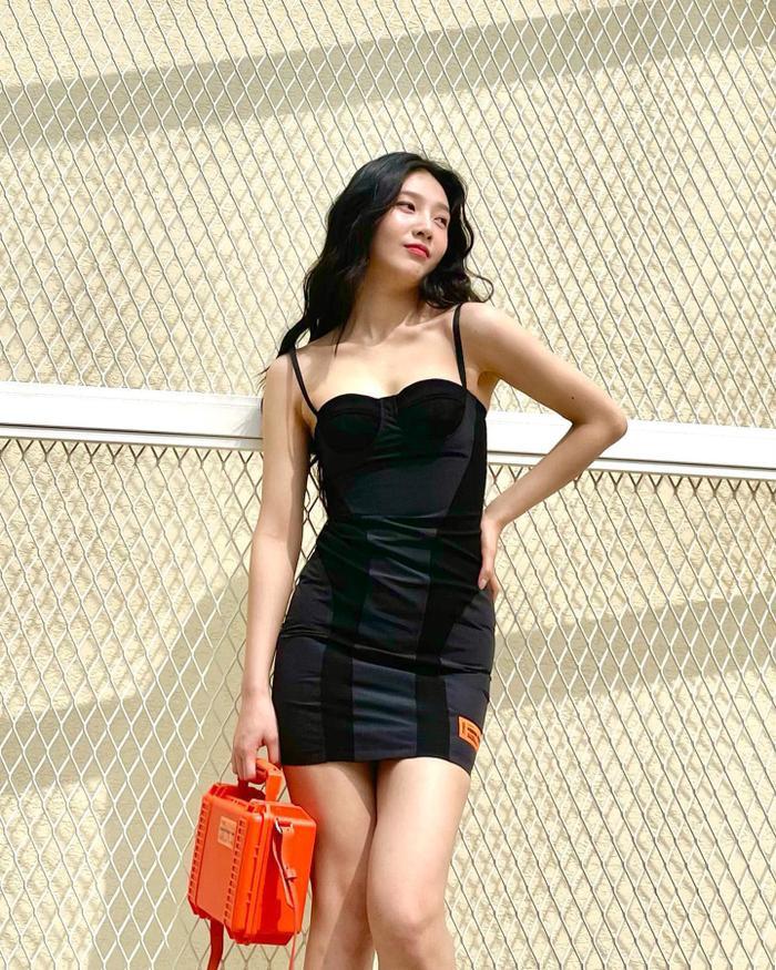 'Body siêu thực' của Joy Red Velvet trong váy hai dây ngắn cũn cỡn viral khắp mạng xã hội Ảnh 7