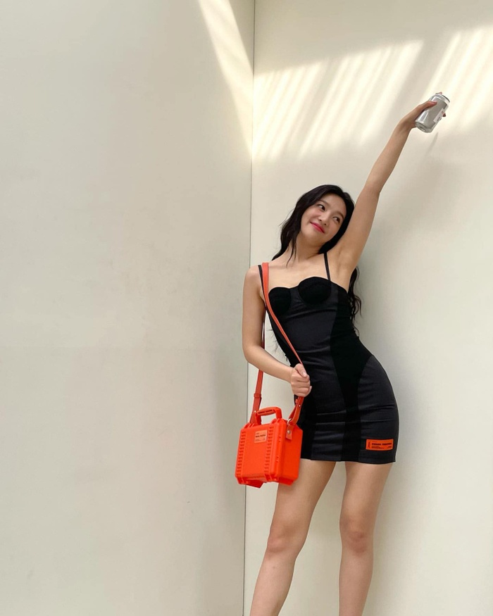 'Body siêu thực' của Joy Red Velvet trong váy hai dây ngắn cũn cỡn viral khắp mạng xã hội Ảnh 1