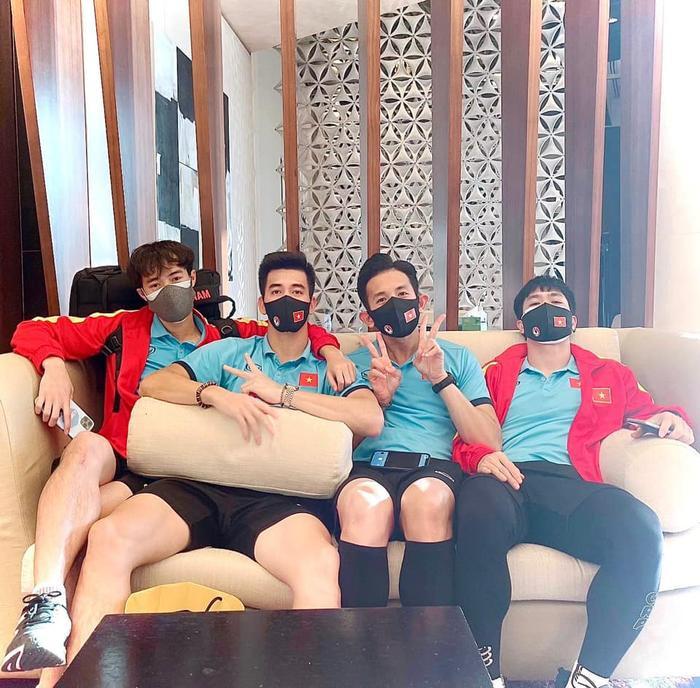 Hot boy tuyển Việt Nam bị mất điện thoại, Tiến Linh và Văn Toàn khoe ảnh ở nơi cách ly Ảnh 2