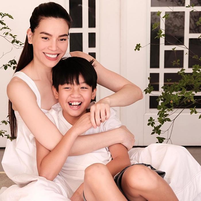 'Chạy trốn' Lisa - Leon, Hồ Ngọc Hà ôm trọn Subeo vào lòng nhớ về 11 năm trước chào đón 'cậu cả' ra đời