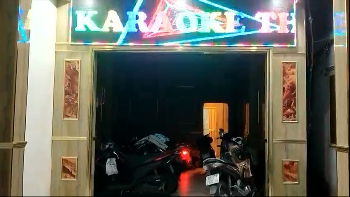 Chủ quán karaoke mở cửa bất chấp lệnh cấm, còn cho 2 nữ nhân viên múa thoát y phục vụ khách Ảnh 1