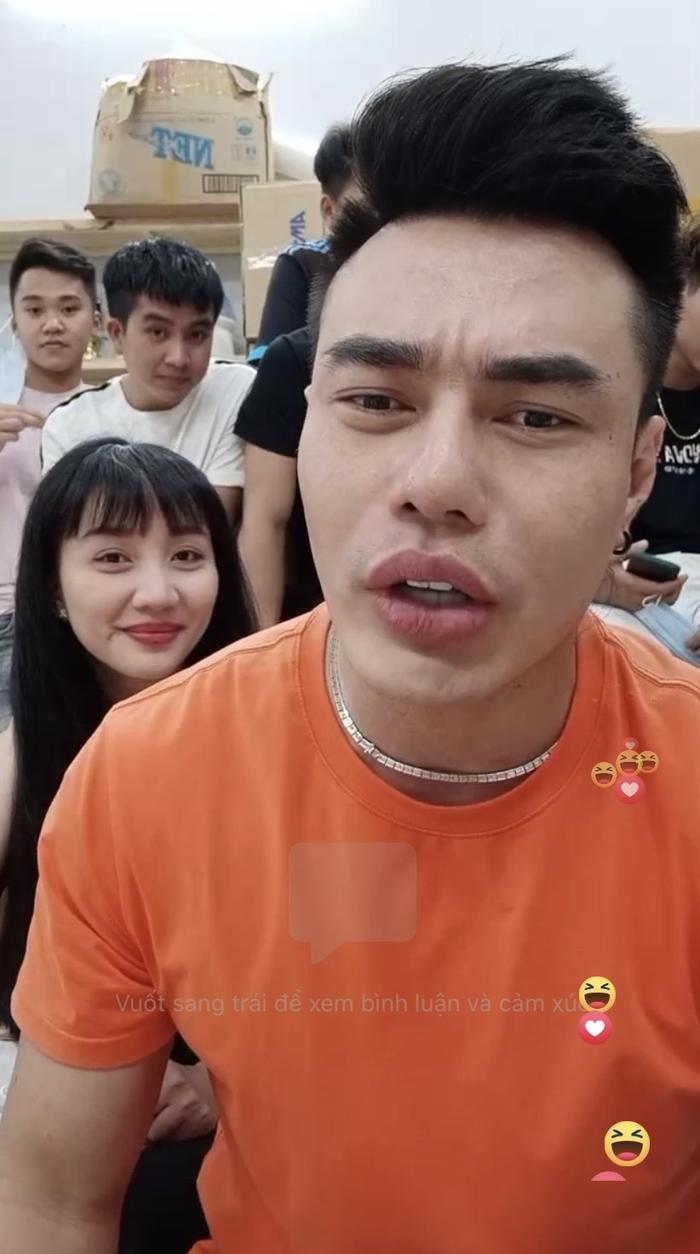 Gần 10 người trên sóng livestream của Lê Dương Bảo Lâm phải đeo khẩu trang ngay vì lời 'nhắc nhẹ' này Ảnh 1