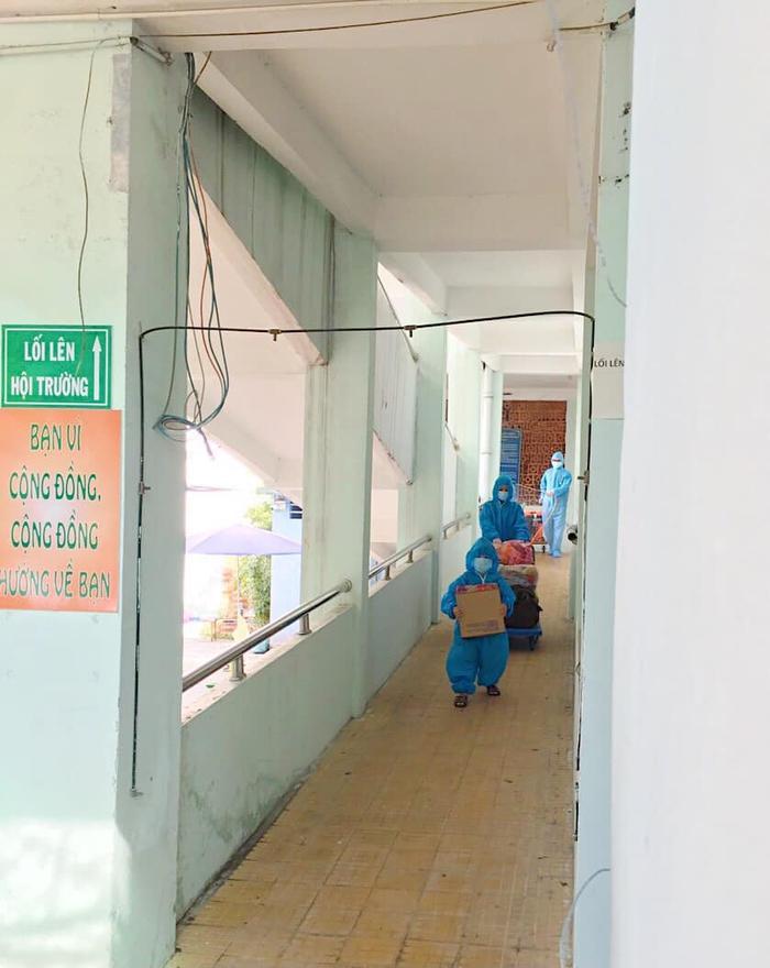 Xót xa khoảnh khắc bé trai 5 tuổi cùng mẹ ôm đồ rời khỏi khu cách ly để đến bệnh viện điều trị COVID-19 Ảnh 2